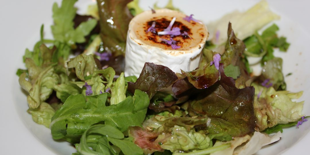 Grilled goat's cheese salad with lavender