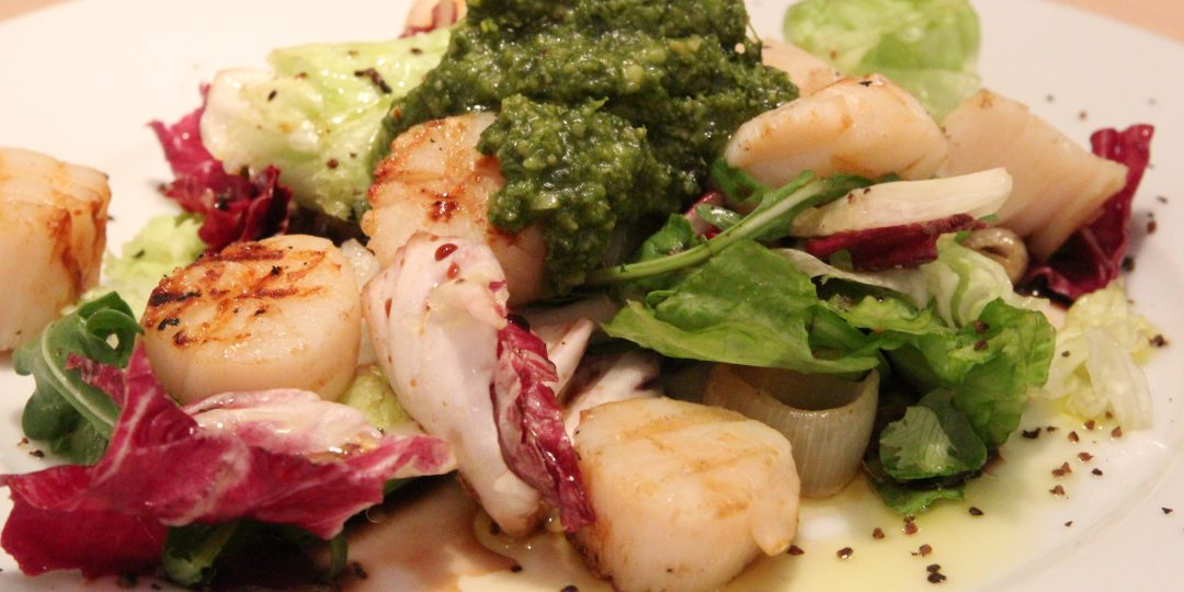 Salad with grilled scallops and onions and wild garlic pesto