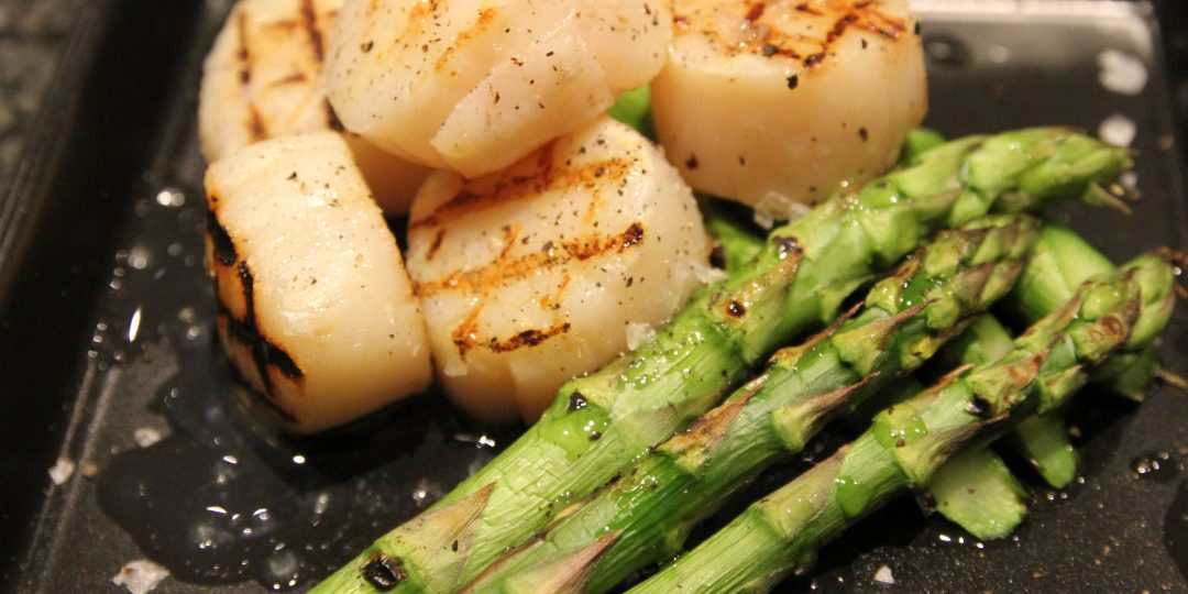 Grilled scallops and asparagus