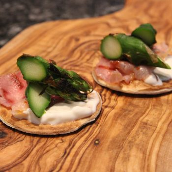 Minitortillas with asparagus and prosciutto