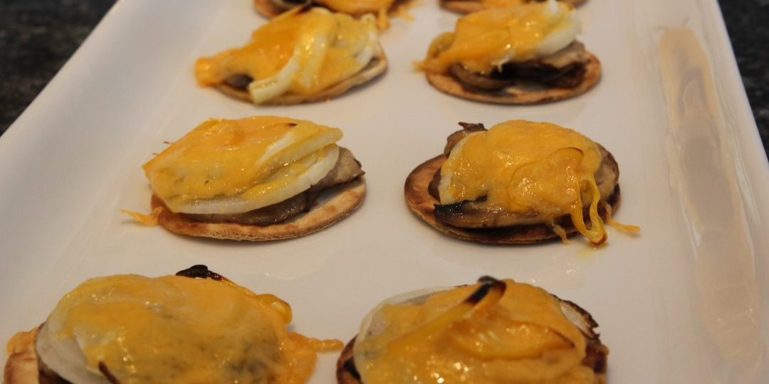 Hot minitortillas with mushrooms, onions and red cheddar
