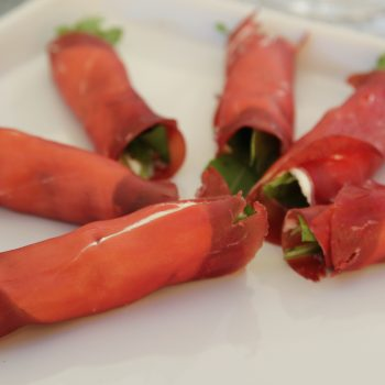 Bresaola rolls with rucola and cream cheese