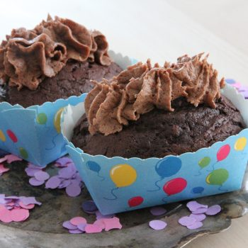Chocolate minicake with cardamom chocolate frosting