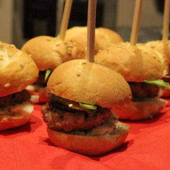 Miniburgers with bacon, blue cheese and asparagus